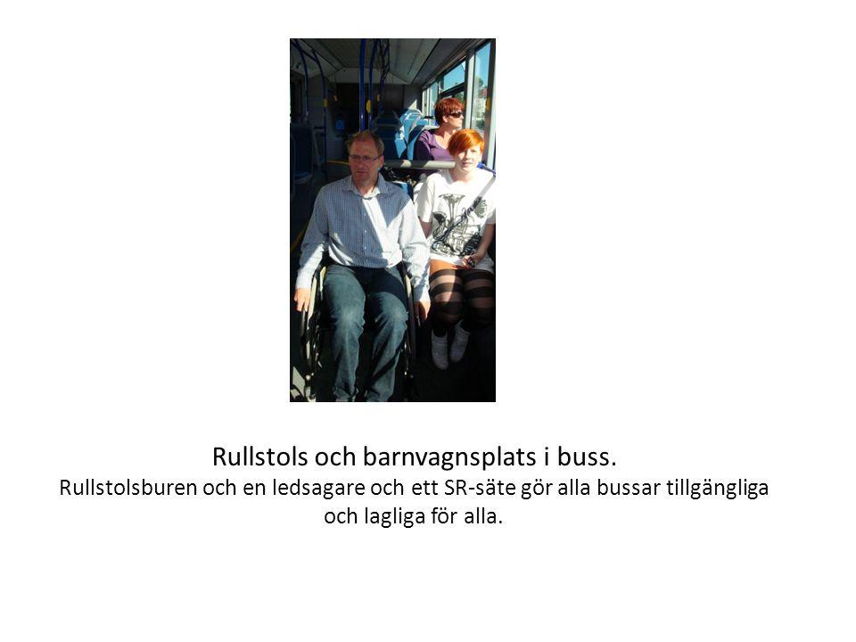 Rullstols och barnvagnsplats i buss.