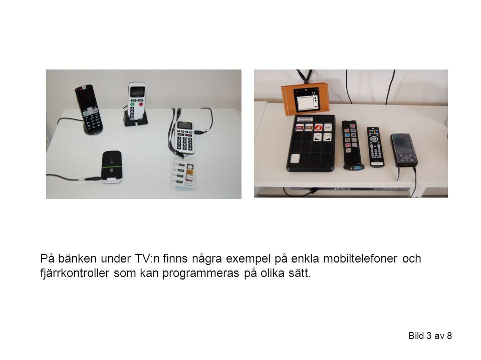 Bild 3 av 8 På bänken under TV:n finns några exempel på enkla mobiltelefoner och fjärrkontroller som kan programmeras på olika sätt.
