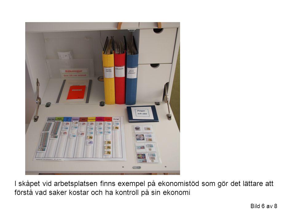 Bild 6 av 8 I skåpet vid arbetsplatsen finns exempel på ekonomistöd som gör det lättare att förstå vad saker kostar och ha kontroll på sin ekonomi