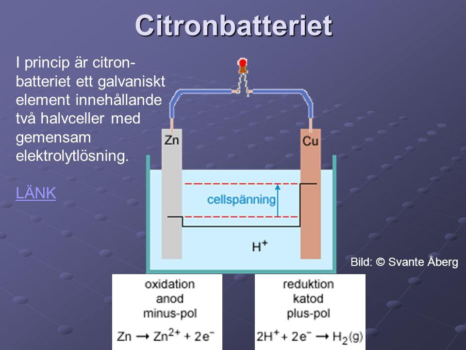 Citronbatteriet I princip är citron- batteriet ett galvaniskt element innehållande två halvceller med gemensam elektrolytlösning. LÄNK Bild: © Svante
