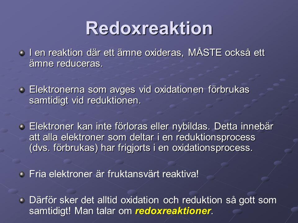 Redoxreaktion I en reaktion där ett ämne oxideras, MÅSTE också ett ämne reduceras. Elektronerna som avges vid oxidationen förbrukas samtidigt vid redu