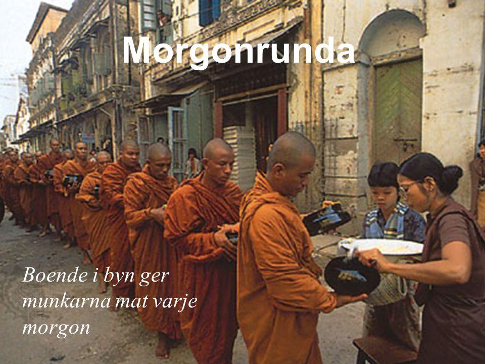 Morgonrunda Boende i byn ger munkarna mat varje morgon