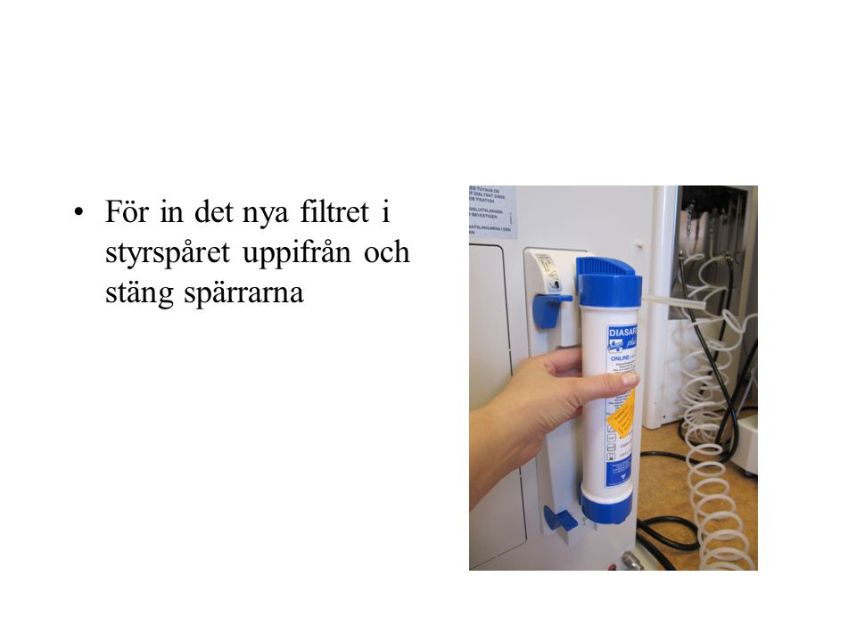 För in det nya filtret i styrspåret uppifrån och stäng spärrarna
