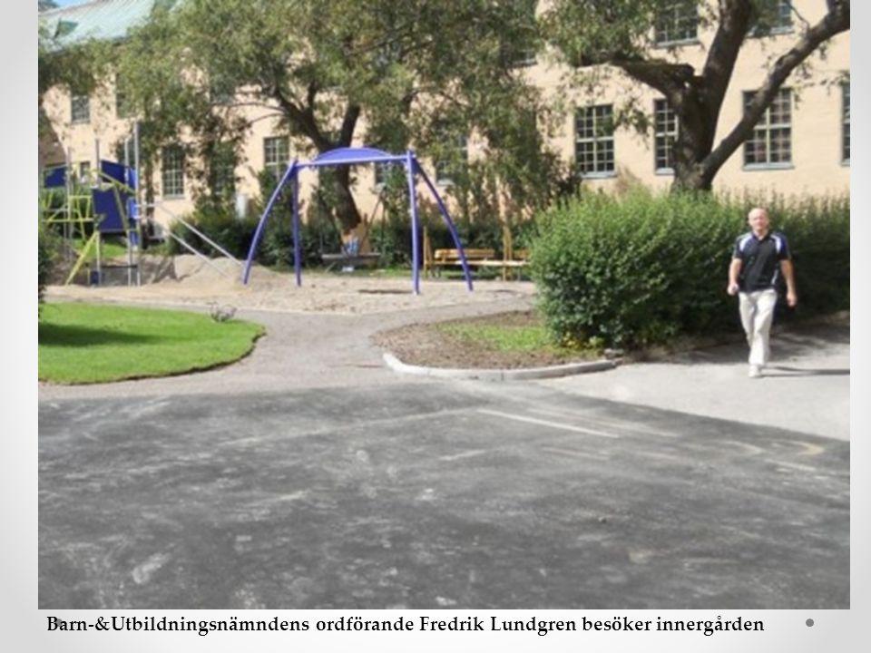 Barn-&Utbildningsnämndens ordförande Fredrik Lundgren besöker innergården