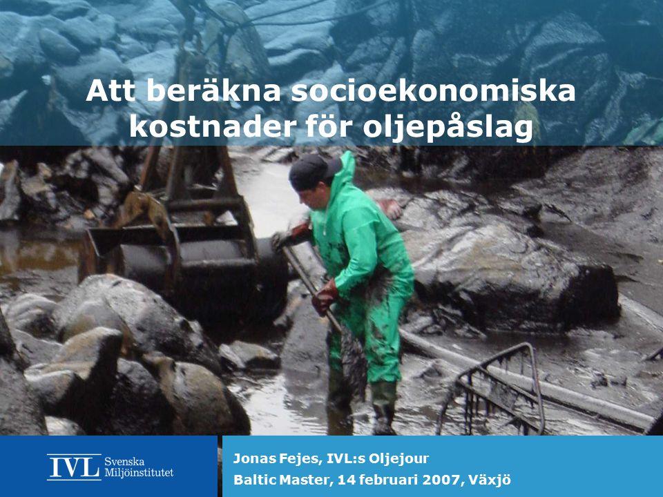 Att beräkna socioekonomiska kostnader för oljepåslag Jonas Fejes, IVL:s Oljejour, 2007-02-14 IVL:s Oljejour  Nationellt kompetenscentrum sedan 1982  Finansieras av Naturvårdsverket  Bistår kommunerna med expertis vid oljeutläpp  FoU, uppdrag  Jonas Fejes, marinbiolog, 08-598 563 39  Annika Martinsson, ekolog, 08-598 563 23  www.ivl.se – oljejouren, mängder med information www.ivl.se