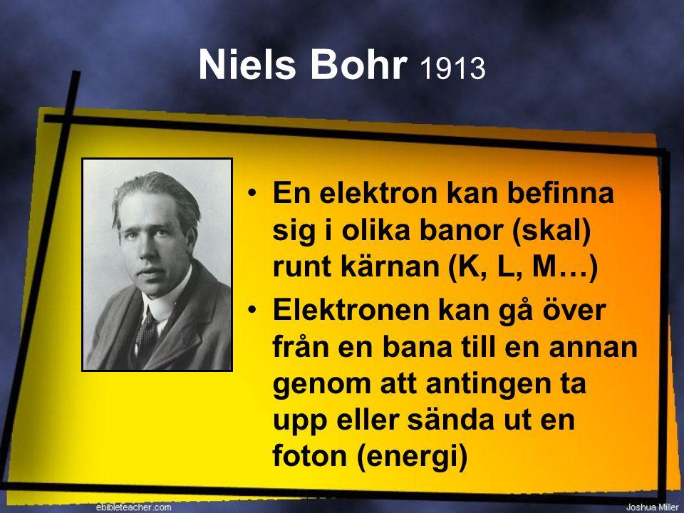 Niels Bohr 1913 En elektron kan befinna sig i olika banor (skal) runt kärnan (K, L, M…) Elektronen kan gå över från en bana till en annan genom att an