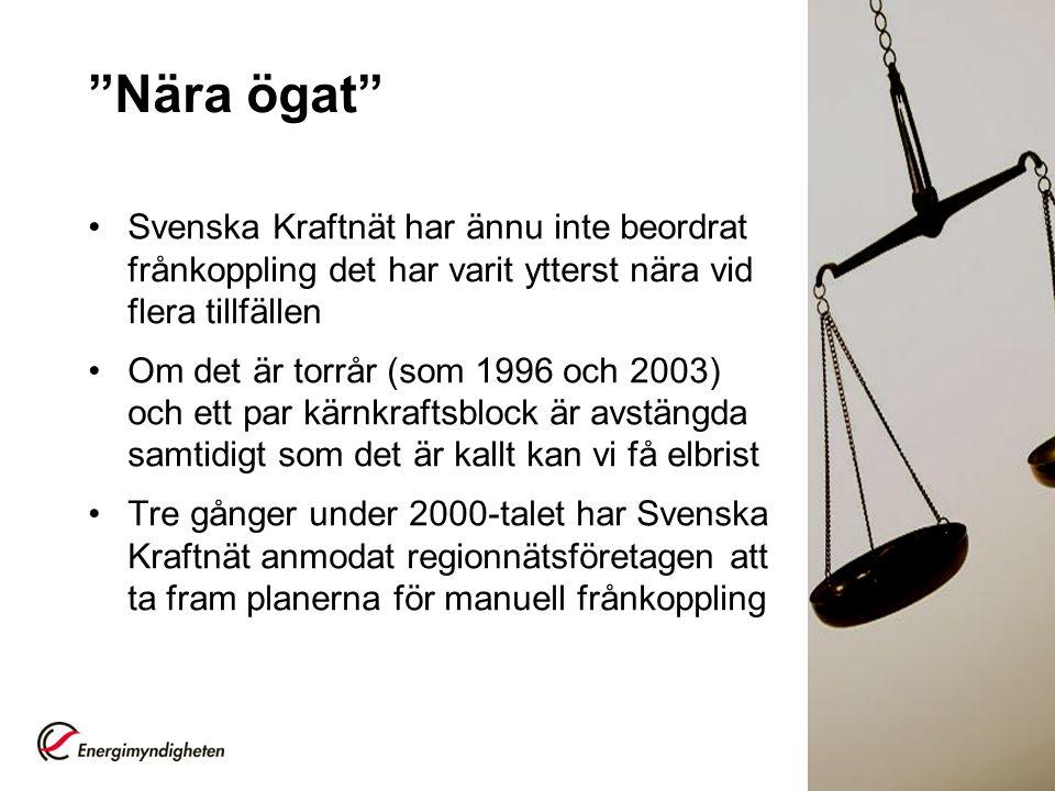 Nära ögat Svenska Kraftnät har ännu inte beordrat frånkoppling det har varit ytterst nära vid flera tillfällen Om det är torrår (som 1996 och 2003) och ett par kärnkraftsblock är avstängda samtidigt som det är kallt kan vi få elbrist Tre gånger under 2000-talet har Svenska Kraftnät anmodat regionnätsföretagen att ta fram planerna för manuell frånkoppling 3