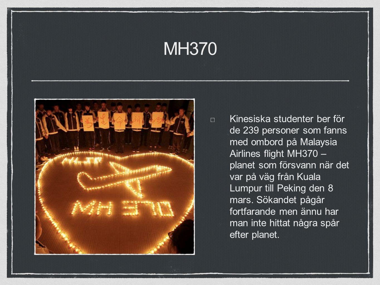 MH370 Kinesiska studenter ber för de 239 personer som fanns med ombord på Malaysia Airlines flight MH370 – planet som försvann när det var på väg från Kuala Lumpur till Peking den 8 mars.