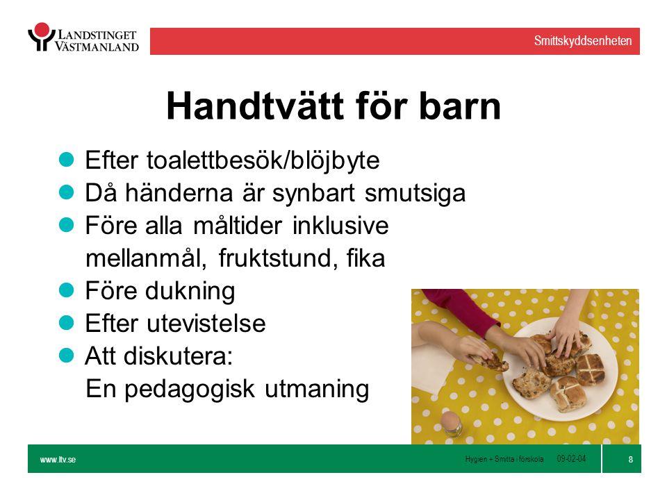 www.ltv.se Hygien + Smitta i förskola Smittskyddsenheten 9 09-02-04 Rutin vid handtvätt lTvätta händerna med flytande tvål och rinnande vatten lTvätta noga alla ytor på händerna med tvål så att ett ordentligt skum uppstår lTorka händerna torra med en pappershandduk lAtt diskutera: Ekologi.