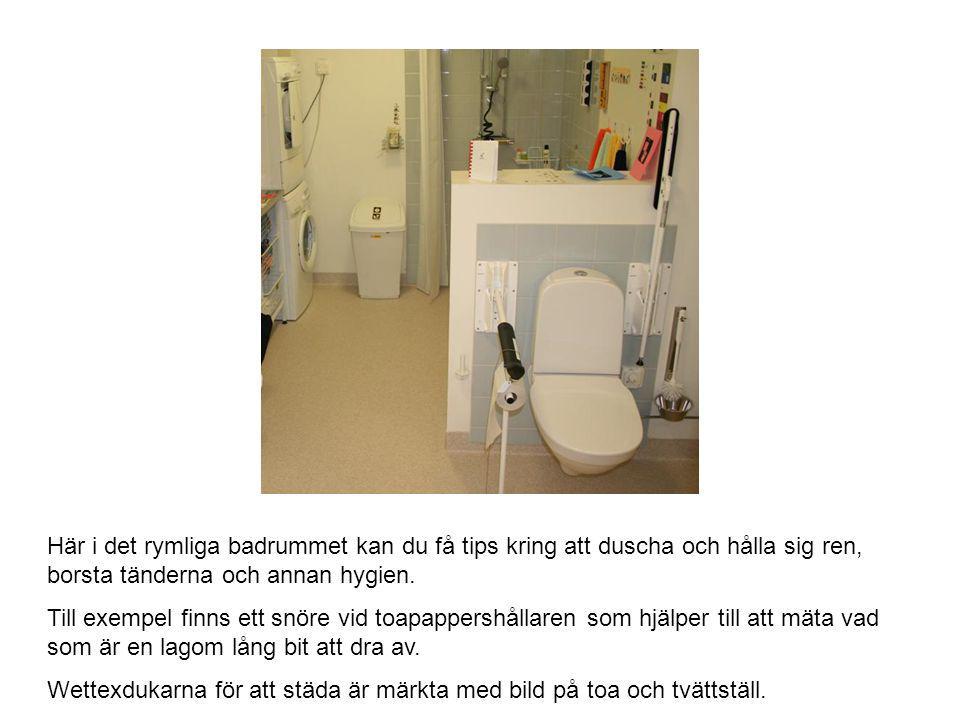 Här i det rymliga badrummet kan du få tips kring att duscha och hålla sig ren, borsta tänderna och annan hygien. Till exempel finns ett snöre vid toap