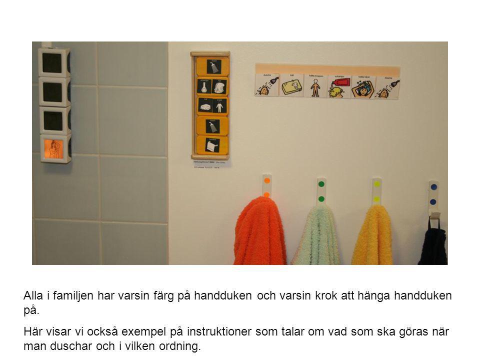 Alla i familjen har varsin färg på handduken och varsin krok att hänga handduken på.