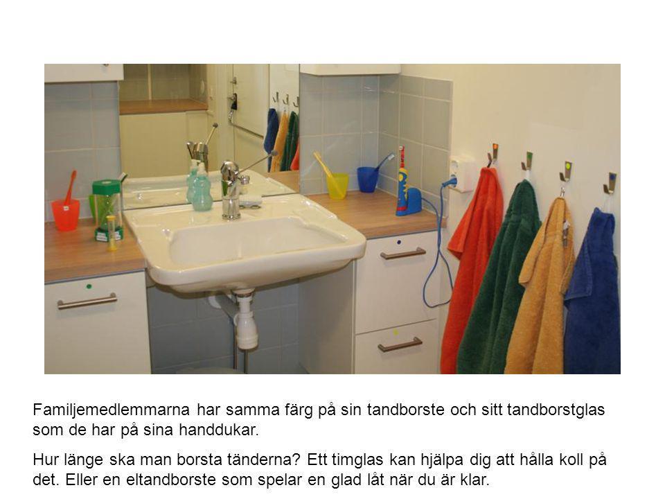 Familjemedlemmarna har samma färg på sin tandborste och sitt tandborstglas som de har på sina handdukar. Hur länge ska man borsta tänderna? Ett timgla