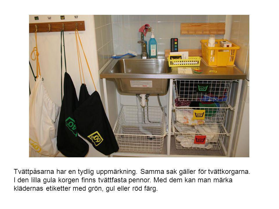 Tvättpåsarna har en tydlig uppmärkning. Samma sak gäller för tvättkorgarna. I den lilla gula korgen finns tvättfasta pennor. Med dem kan man märka klä
