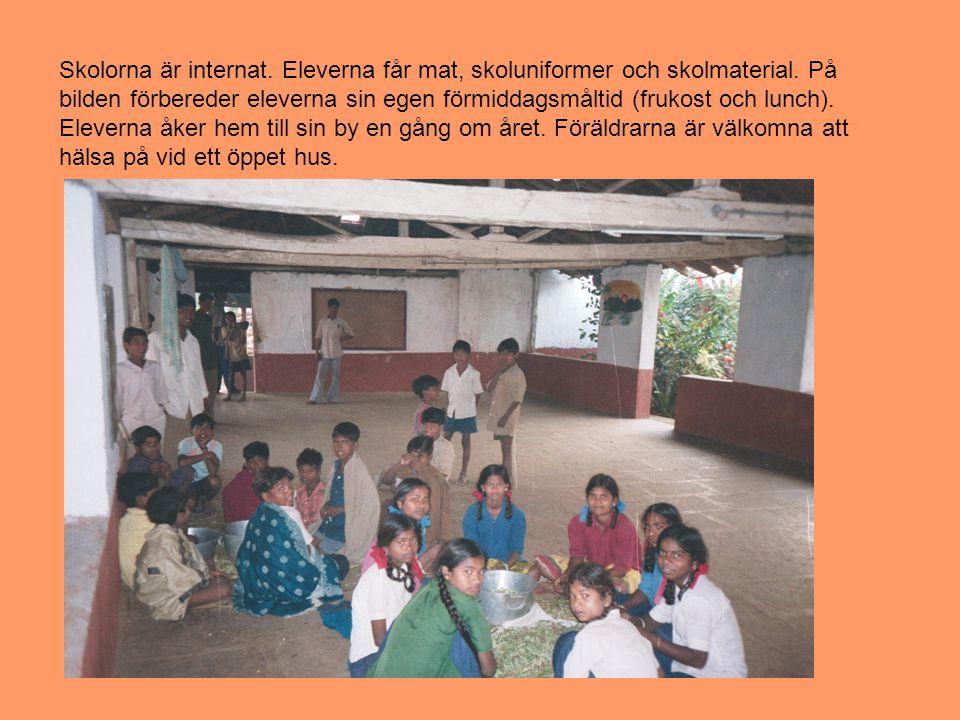 Skolorna är internat. Eleverna får mat, skoluniformer och skolmaterial.