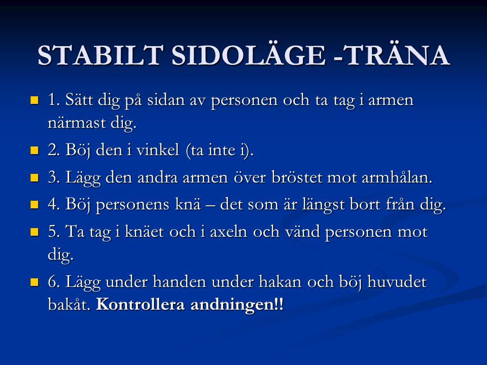 STABILT SIDOLÄGE -TRÄNA 1. Sätt dig på sidan av personen och ta tag i armen närmast dig. 1. Sätt dig på sidan av personen och ta tag i armen närmast d
