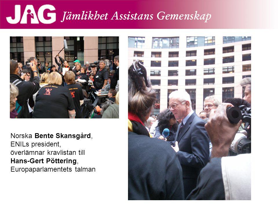 Norska Bente Skansgård, ENILs president, överlämnar kravlistan till Hans-Gert Pöttering, Europaparlamentets talman