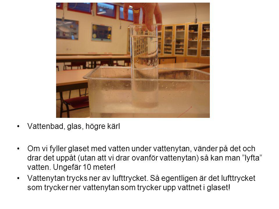 Vattenbad, glas, högre kärl Om vi fyller glaset med vatten under vattenytan, vänder på det och drar det uppåt (utan att vi drar ovanför vattenytan) så kan man lyfta vatten.