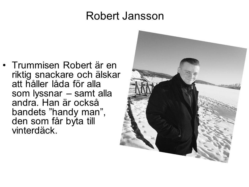 """Robert Jansson Trummisen Robert är en riktig snackare och älskar att håller låda för alla som lyssnar – samt alla andra. Han är också bandets """"handy m"""