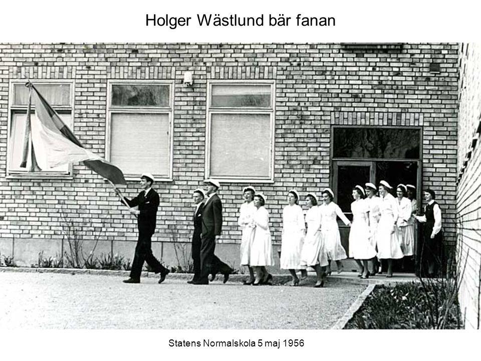 Holger Wästlund bär fanan Statens Normalskola 5 maj 1956