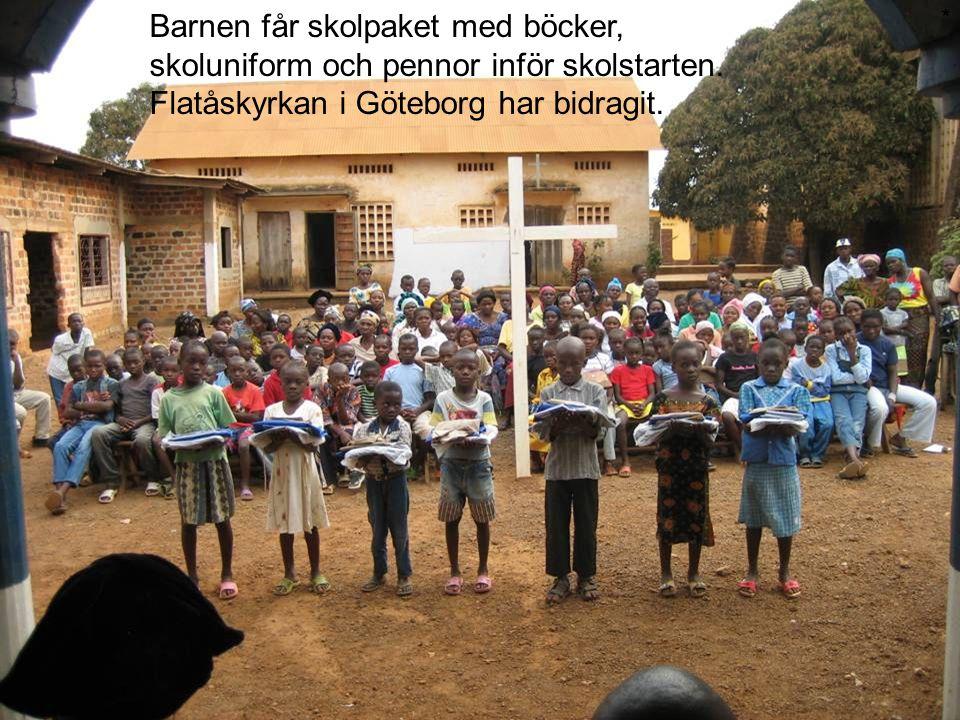 Barnen får skolpaket med böcker, skoluniform och pennor inför skolstarten. Flatåskyrkan i Göteborg har bidragit. *