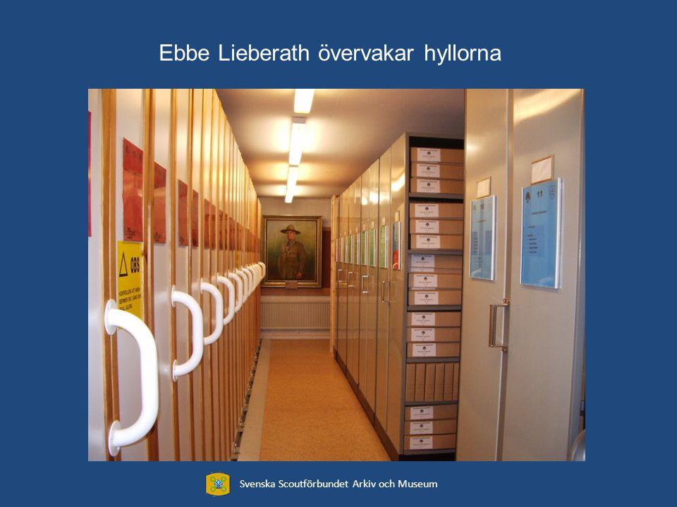 Svenska Scoutförbundet Arkiv och Museum Ebbe Lieberath övervakar hyllorna