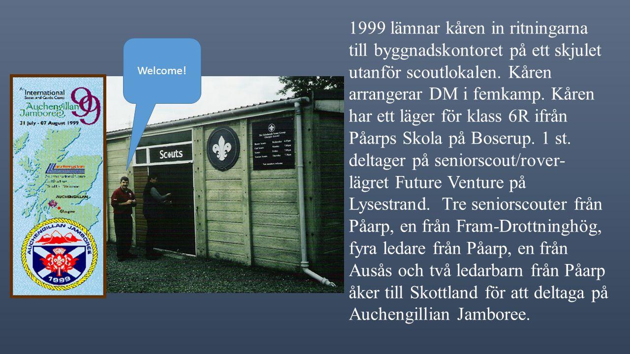 1999 lämnar kåren in ritningarna till byggnadskontoret på ett skjulet utanför scoutlokalen.