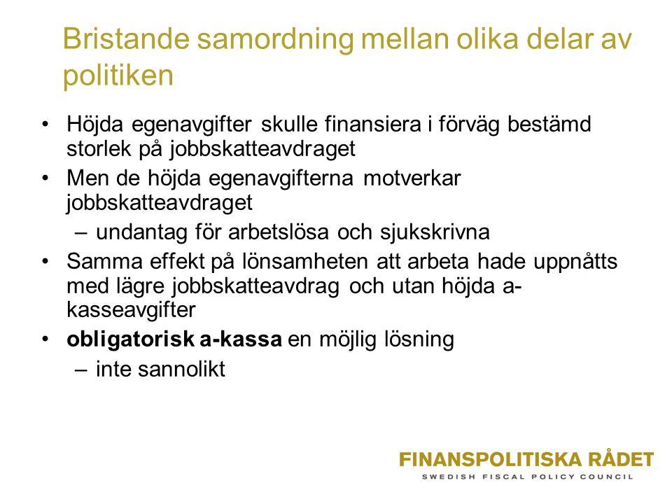 Bristande samordning mellan olika delar av politiken Höjda egenavgifter skulle finansiera i förväg bestämd storlek på jobbskatteavdraget Men de höjda