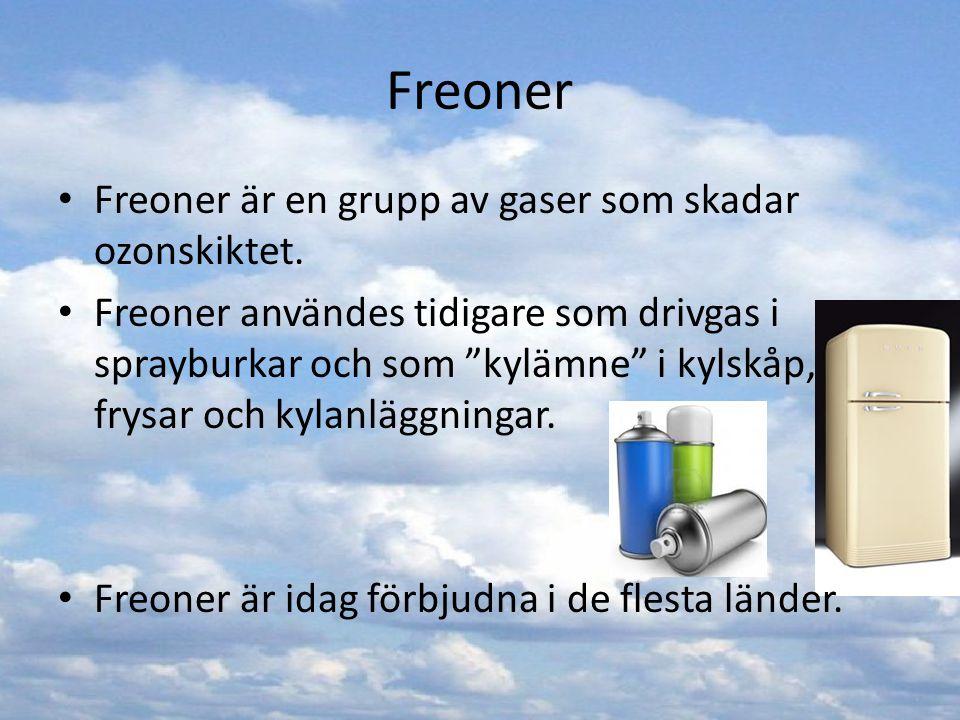 """Freoner Freoner är en grupp av gaser som skadar ozonskiktet. Freoner användes tidigare som drivgas i sprayburkar och som """"kylämne"""" i kylskåp, frysar o"""