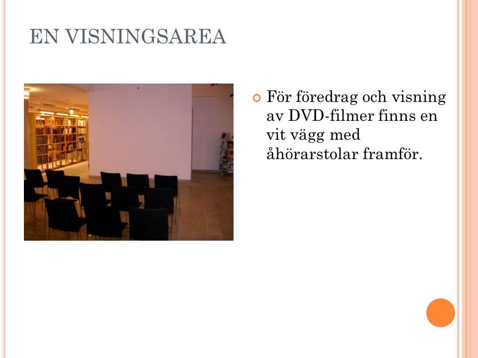 EN VISNINGSAREA För föredrag och visning av DVD-filmer finns en vit vägg med åhörarstolar framför.