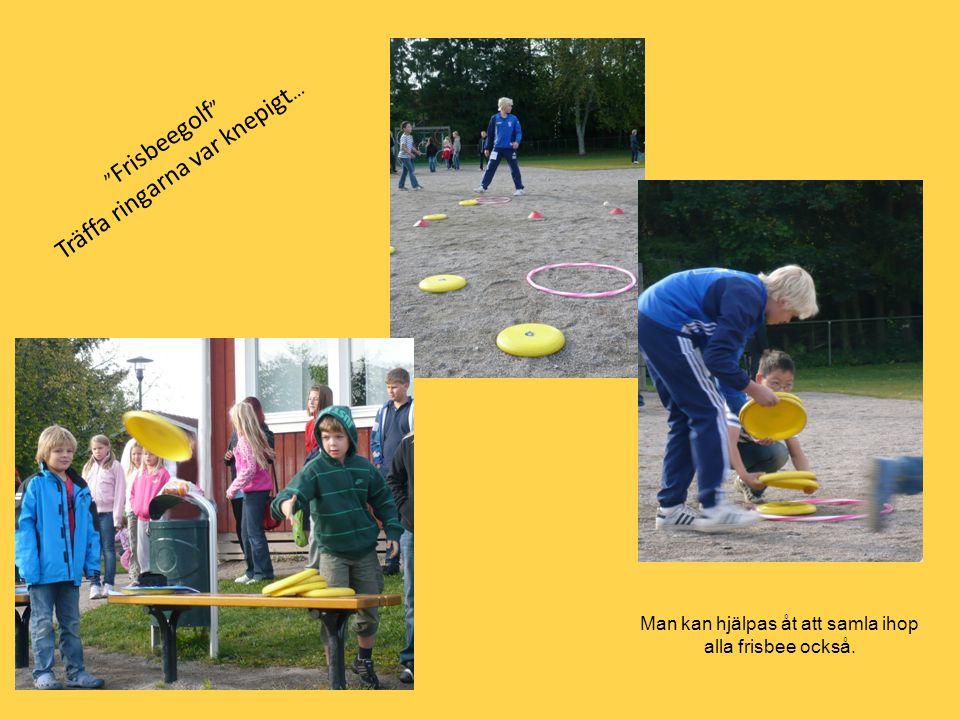 """"""" Frisbeegolf """" Träffa ringarna var knepigt … Man kan hjälpas åt att samla ihop alla frisbee också."""