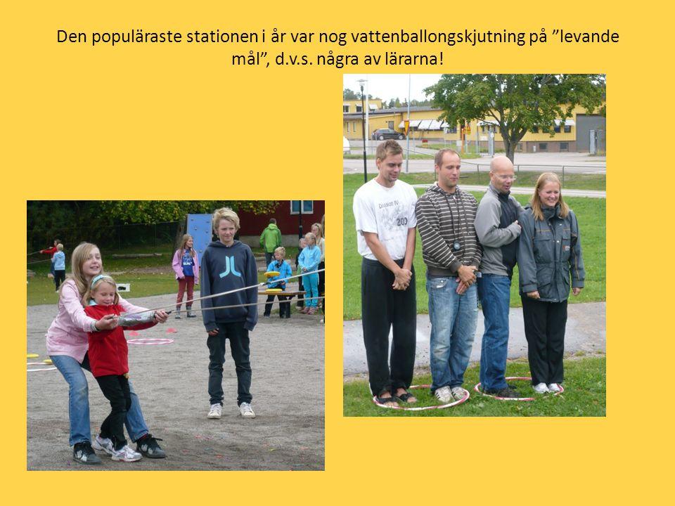 """Den populäraste stationen i år var nog vattenballongskjutning på """"levande mål"""", d.v.s. några av lärarna!"""