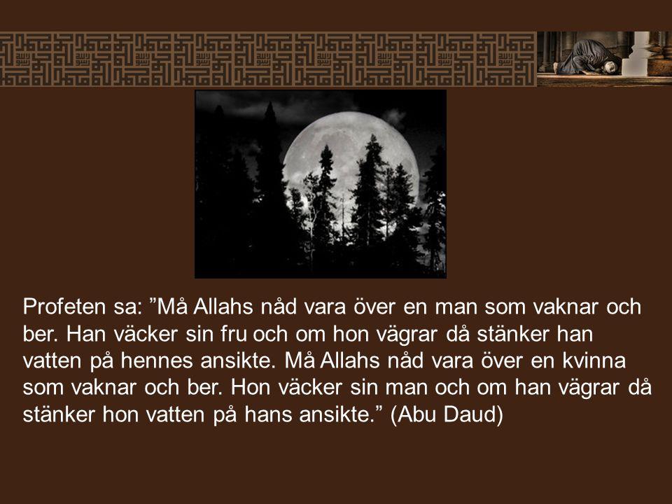 """Profeten sa: """"Må Allahs nåd vara över en man som vaknar och ber. Han väcker sin fru och om hon vägrar då stänker han vatten på hennes ansikte. Må Alla"""