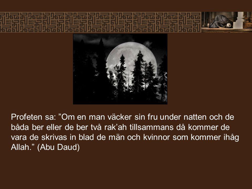 """Profeten sa: """"Om en man väcker sin fru under natten och de båda ber eller de ber två rak'ah tillsammans då kommer de vara de skrivas in blad de män oc"""