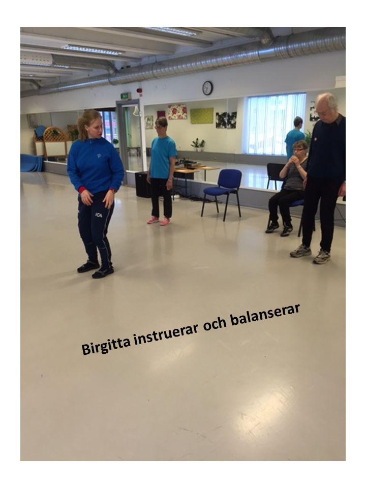 Birgitta instruerar och balanserar