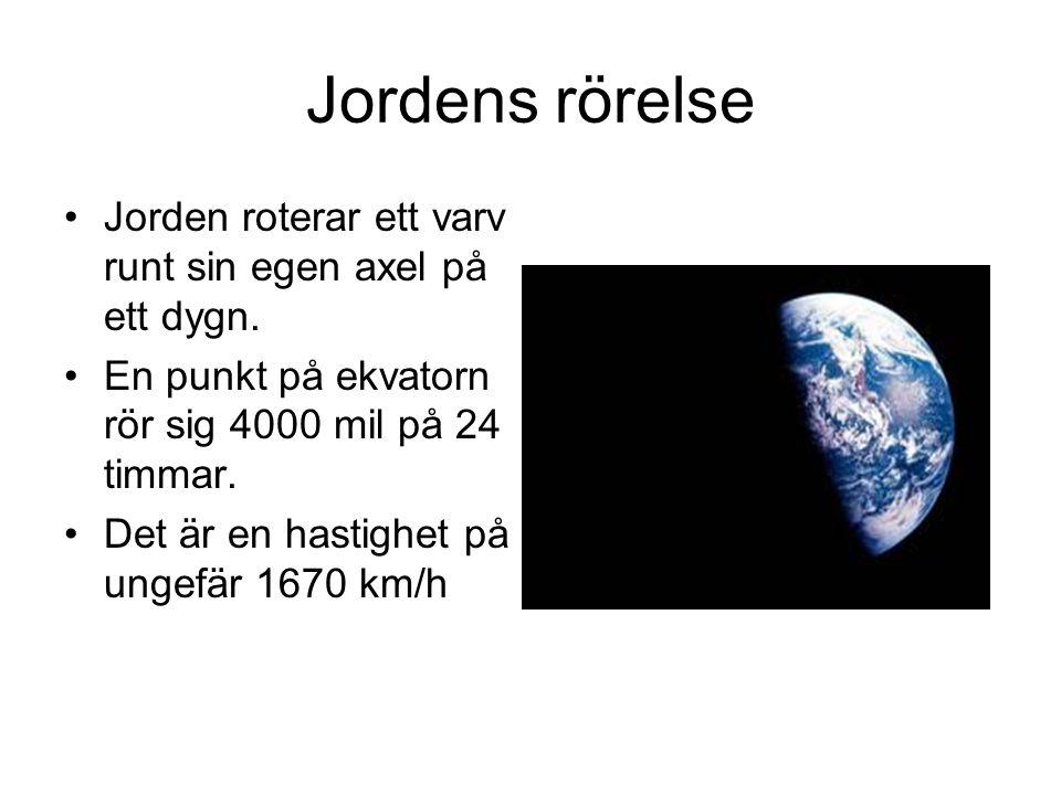 Jordens rörelse Jorden roterar ett varv runt sin egen axel på ett dygn. En punkt på ekvatorn rör sig 4000 mil på 24 timmar. Det är en hastighet på ung