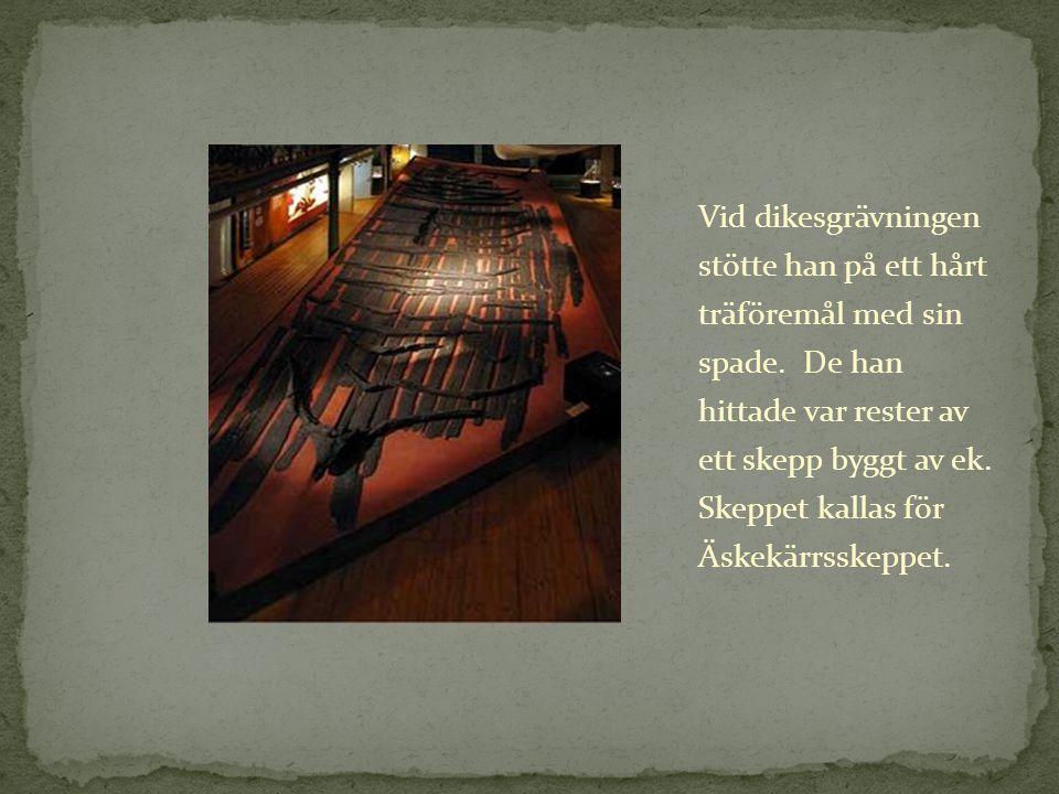 Vid dikesgrävningen stötte han på ett hårt träföremål med sin spade. De han hittade var rester av ett skepp byggt av ek. Skeppet kallas för Äskekärrss