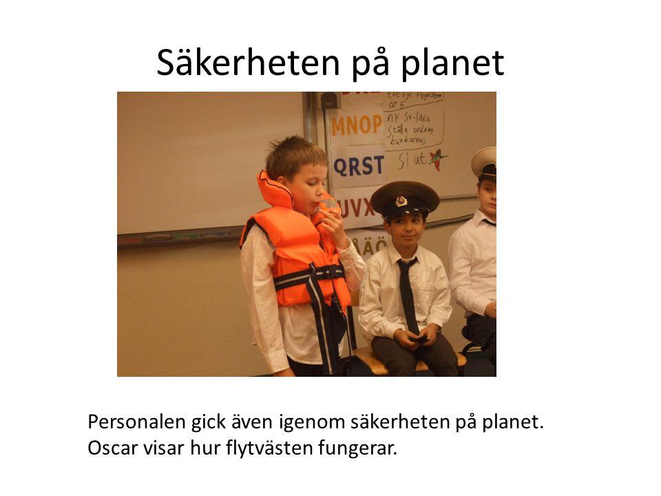 Säkerheten på planet Personalen gick även igenom säkerheten på planet.