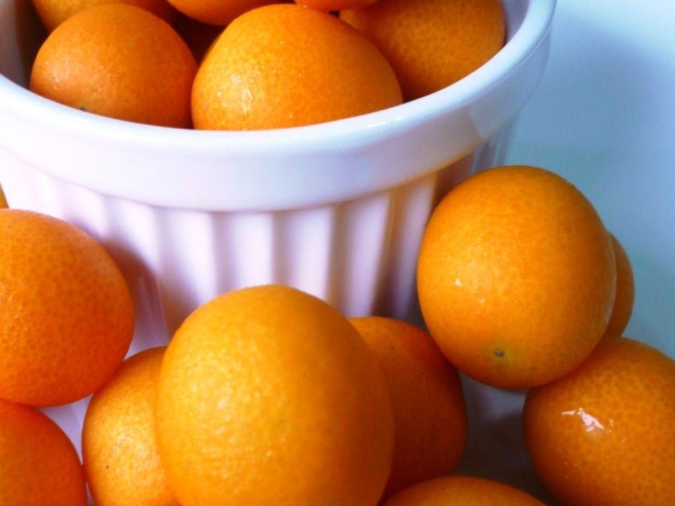 Kumquat kommer ursprungligen från KinaKumquat kommer ursprungligen från Kina I Kina stavas den comquot som betyder guld apelsin I Kina stavas den comquot som betyder guld apelsin Frukten beskrevs redan på 1100 talet i kinesisk litteratur.Frukten beskrevs redan på 1100 talet i kinesisk litteratur.