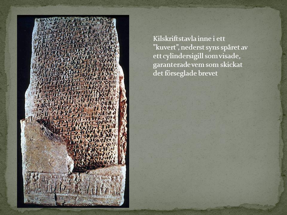 """Kilskrift Kilskriftstavla inne i ett """"kuvert"""", nederst syns spåret av ett cylindersigill som visade, garanterade vem som skickat det förseglade brevet"""