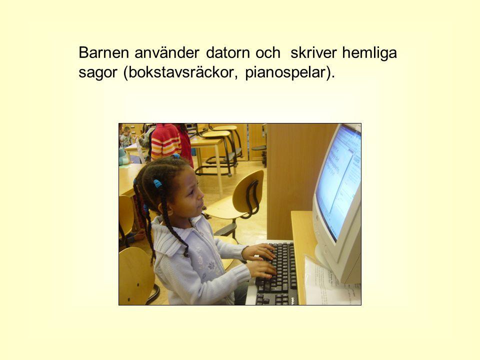Barnen använder datorn och skriver hemliga sagor (bokstavsräckor, pianospelar).