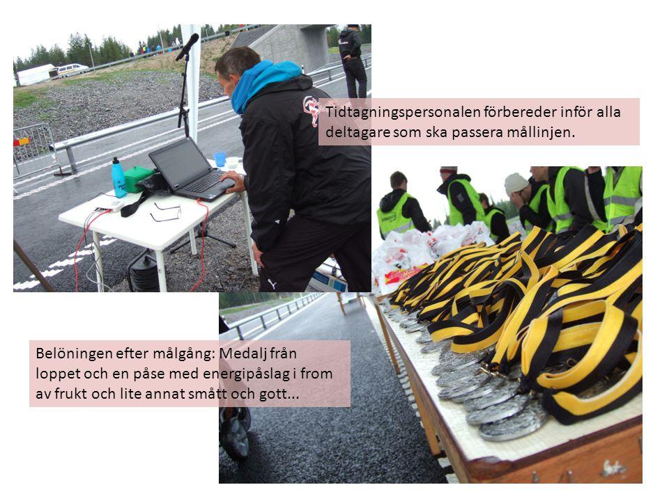 Belöningen efter målgång: Medalj från loppet och en påse med energipåslag i from av frukt och lite annat smått och gott...