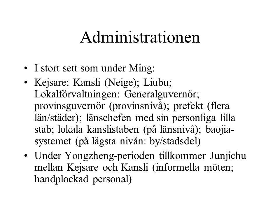 Administrationen I stort sett som under Ming: Kejsare; Kansli (Neige); Liubu; Lokalförvaltningen: Generalguvernör; provinsguvernör (provinsnivå); prefekt (flera län/städer); länschefen med sin personliga lilla stab; lokala kanslistaben (på länsnivå); baojia- systemet (på lägsta nivån: by/stadsdel) Under Yongzheng-perioden tillkommer Junjichu mellan Kejsare och Kansli (informella möten; handplockad personal)
