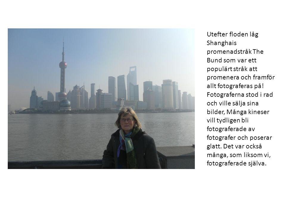 Utefter floden låg Shanghais promenadstråk The Bund som var ett populärt stråk att promenera och framför allt fotograferas på.