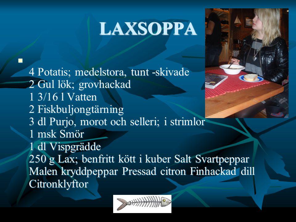 LAXSOPPA 4 Potatis; medelstora, tunt -skivade 2 Gul lök; grovhackad 1 3/16 l Vatten 2 Fiskbuljongtärning 3 dl Purjo, morot och selleri; i strimlor 1 msk Smör 1 dl Vispgrädde 250 g Lax; benfritt kött i kuber Salt Svartpeppar Malen kryddpeppar Pressad citron Finhackad dill Citronklyftor