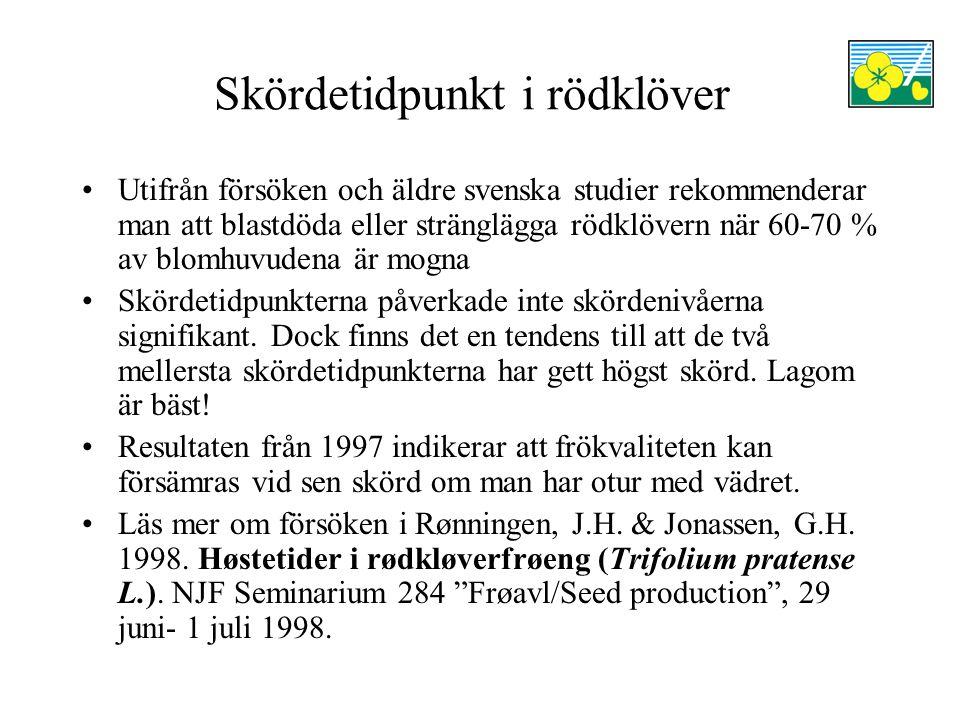 Skördetidpunkt i rödklöver Utifrån försöken och äldre svenska studier rekommenderar man att blastdöda eller stränglägga rödklövern när 60-70 % av blomhuvudena är mogna Skördetidpunkterna påverkade inte skördenivåerna signifikant.
