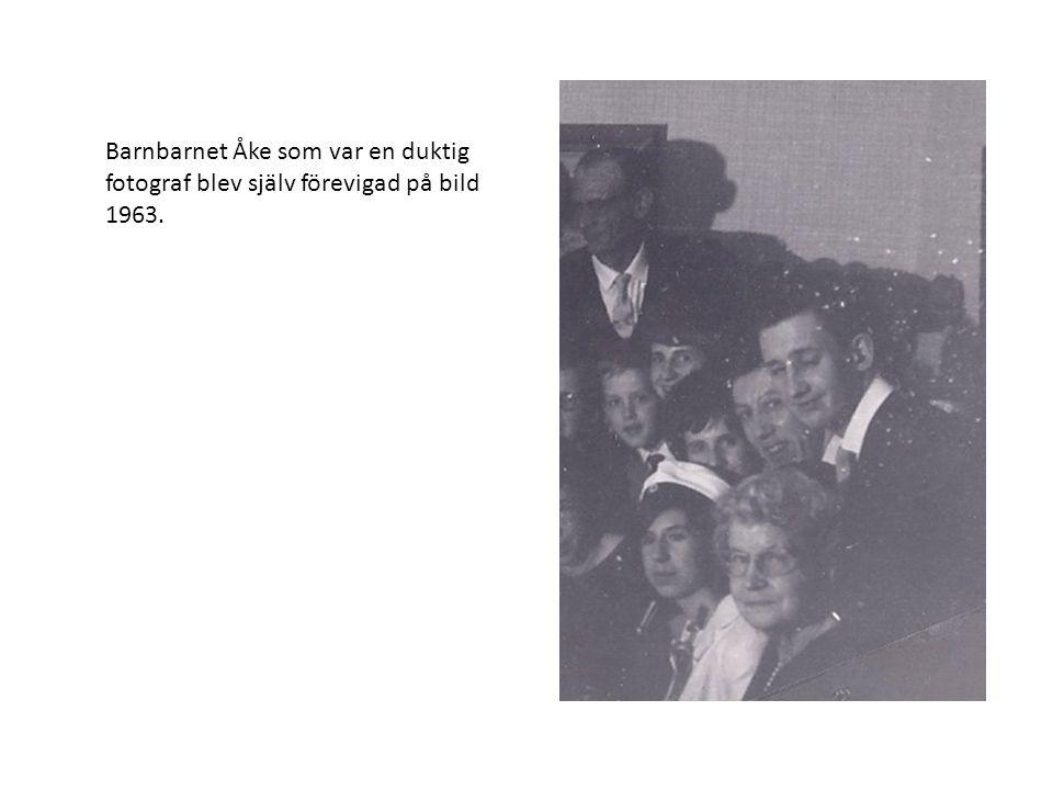 Barnbarnet Åke som var en duktig fotograf blev själv förevigad på bild 1963.