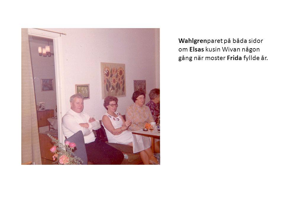 Wahlgrenparet på båda sidor om Elsas kusin Wivan någon gång när moster Frida fyllde år.