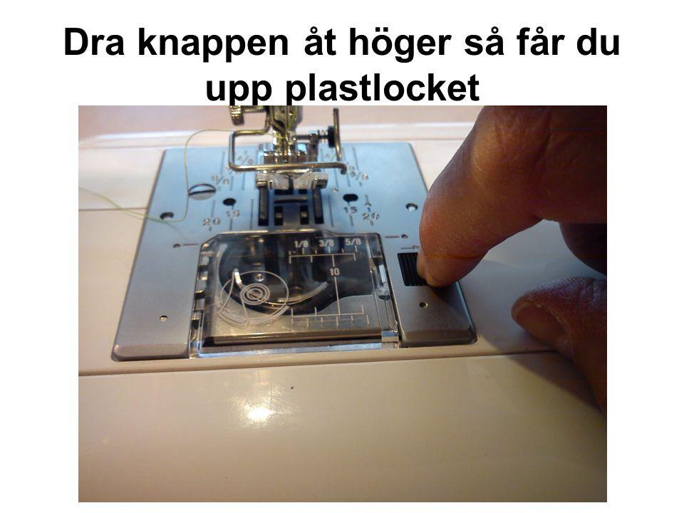 Dra knappen åt höger så får du upp plastlocket