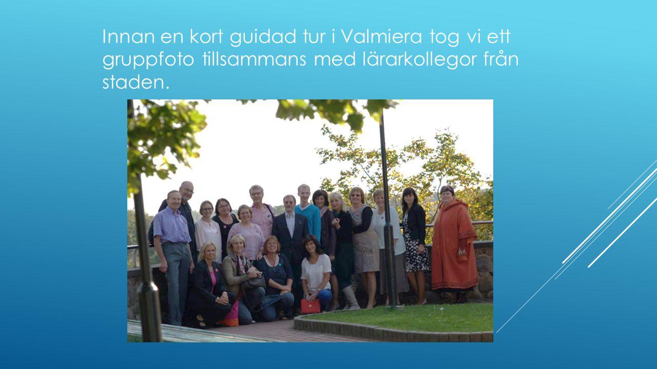 Innan en kort guidad tur i Valmiera tog vi ett gruppfoto tillsammans med lärarkollegor från staden.