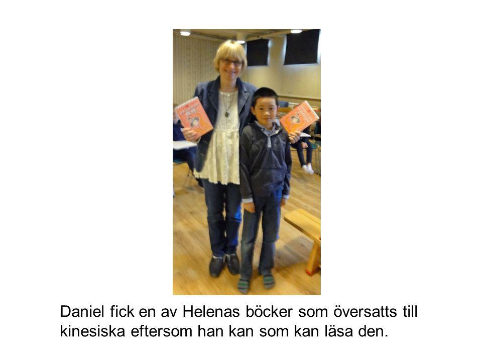 Daniel fick en av Helenas böcker som översatts till kinesiska eftersom han kan som kan läsa den.